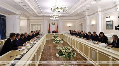 Lukashenko holds meeting on topical issues