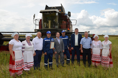Two crews congratulated at once on the first thousand tons of grain in Kletsk region